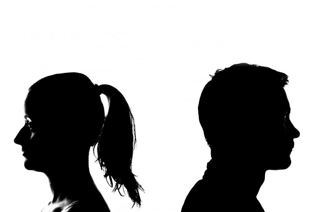 Scheiden of uit elkaar